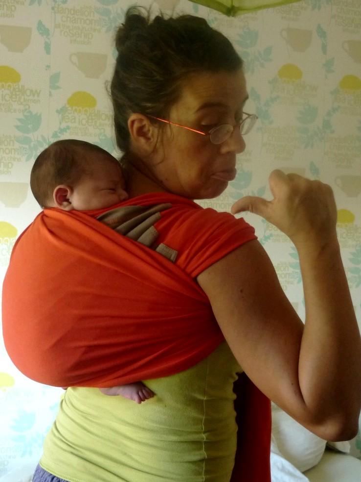 Porter un tout petit sur le dos papotages autour du portage for Autour de bebe portet