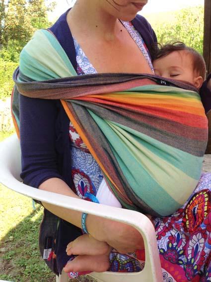 Allaitement bébé positionné en madone redressée ( écharpe courte tissée Girasol )