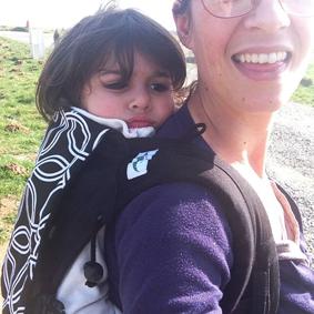 Portage haut d'un bambin avec le Buzzidil XL