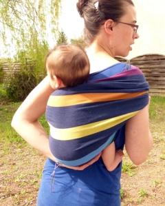 Détail bascule du bassin du bébé dans le Hamac dos ( écharpe tissée Easycare taille 2m30)