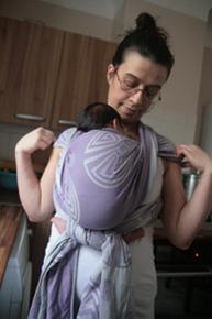 Kangourou ventre avec un nouveau né (écharpe Didymos tissée jacquard Labyrinth Lilac taille 4)