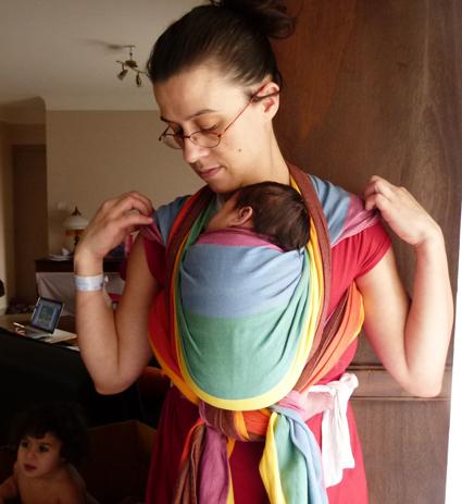 Kangourou ventre avec un nouveau né ( écharpe tissée Easycare rainbow taille 4 )